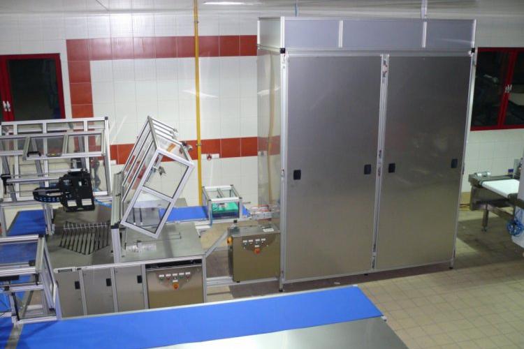 Krajalnica do wafli z tunlem chłodniczym oraz transporterami